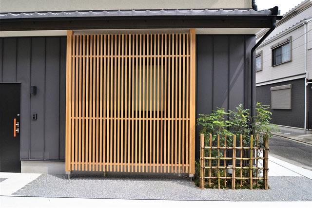 上京区「鋼板+木格子がある家」
