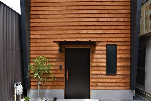 東山区「木の外壁が映える家」